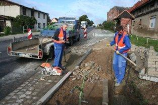 Mitarbeiter einer Teterower Firma haben in den vergangenen Tagen die Bordsteine am künftigen Übergängerweg abgesenkt.