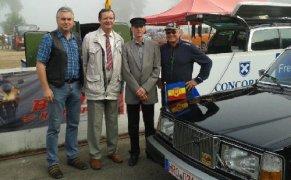 Bürgermeister Jörg Lange (2.von links) wurde am 14. September mit der ehemaligen Staatskarosse von Erich Honecker ins Hainholz chauffiert.