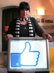Den Daumen nach oben. Seit Mitte Oktober sind Monika Kröger und ihre Kollegen von der Malchiner Stadtinformation beim sozialen Netzwerk Facebook vertreten.