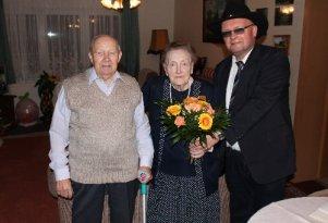 Betty und Jonny Wiegert freuten sich über die Glückwünsche zur Eisernen Hochzeit von Bürgervorsteher Andreas Hammermüller.