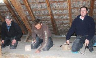 Mario Haberkost (Mitte) und seine Kollegen dämmten Ende Februar den Dachboden des Malchiner Rathauses.