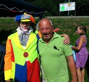 Bei Arno Süssig (rechts) – hier mit Clown Flori – laufen die organisatorischen Fäden für die 700 Jahrfeier zusammen.