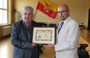 Klaus Eutin (links) war sichtlich gerührt von der Ehrung.